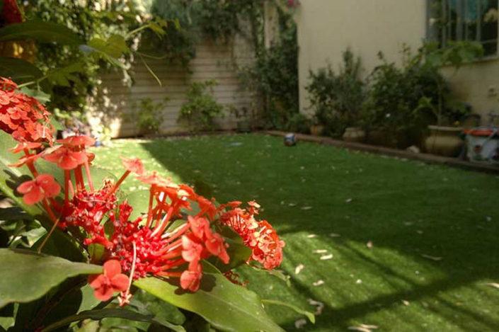 גינה אחורית עם דשא סינטטי